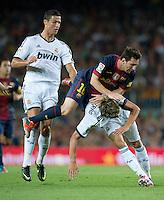 FUSSBALL  INTERNATIONAL  PRIMERA DIVISION  SAISON 2011/2012   23.08.2012 El Clasico  Super Cup 2012 FC Barcelona - Real Madrid  Lionel Messi (Mitte, Barca) wird von Fabio Coentrao (re, Real Madrid) und Cristiano Ronaldo (li, Real Madrid) geblockt