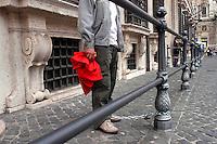 Roma 4 giugno 2007.Iscritti al sindacato di base Cobas, si sono incatenati alle finestre di Palazzo Chigi, sede del governo Prodi, per protestare per la mancanza di diritti sindacali..La polizia interrompe la protesta .Rome June 4, 2007.Enrolled in the labor union of basic Cobas, chained themselves to the windows of the Palazzo Chigi, seat of the Prodi government, to protest for the lack syndical rights.  .The Police  it interrupts the protest.