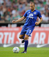 FUSSBALL   INTERNATIONAL  SAISON 2011/2012   TESTSPIEL SV Werder Bremen - FC Everton                 02.08.2011 John HEITINGA (FC Everton) Einzelaktion am Ball