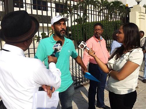 Manuel Robles habla a los periodistas.