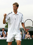 Tennis All England Championships Wimbledon Florian Mayer (GER) jubelt nach seinem 3-Satz-Sieg ueber Santiago Ventura (ESP).