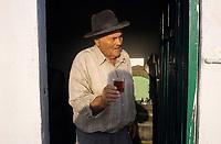 Europe/Espagne/Iles Canaries/Lanzarote : Portrait de vignerons dans le vignoble de la Geria