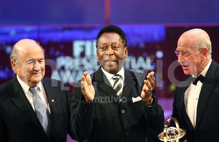 Sport,    Fussball     International    17.12.07 FIFA World Player Gala 2007 FIFA Praesident Joseph S. BLATTER (SUI), PELE (BRA, Gewinner des Presidential Award 2007) und Sir Bobby CHARLTON (GBR von links nach rechts) waehrend der Uebergabe des Presidential Award 2007.
