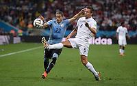 FUSSBALL WM 2014  VORRUNDE    GRUPPE D     Uruguay - England                     19.06.2014 Martin Caceres (li, Uruguay) gegen Phil Jagielka (re, England)