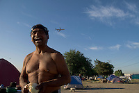 Camp Hope, eine Zeltstadt fuer Obdachlose in Ontario, Kalifornien.Flugzeuge heben staendig vom angrenzeden Flugafen ab.Fotos © Stefan Falke..Camp Hope, a  tent city for the homeless in Ontario, California.Airplanes are taking off from the nearby Ontario airport