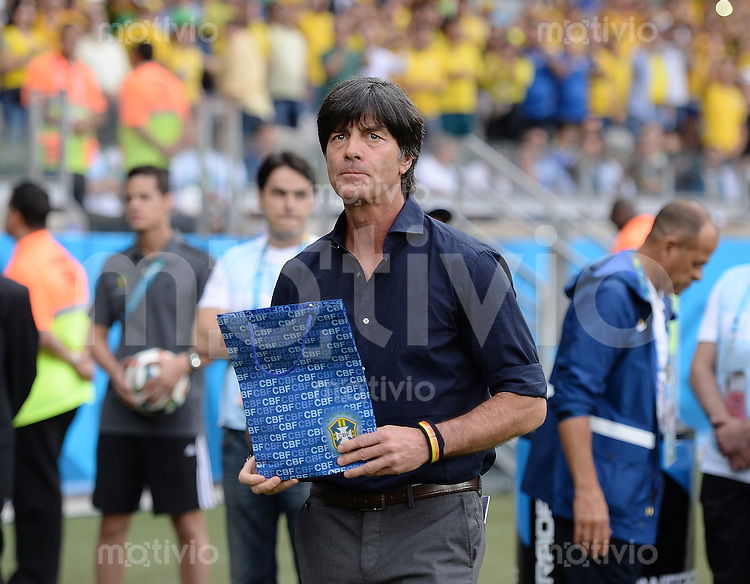 FUSSBALL WM 2014                HALBFINALE Brasilien - Deutschland          08.07.2014 Bundestrainer Joachim Loew (Deutschland) mit dem Geschenk des Trainer Luiz Felipe Scolari (Brasilien)
