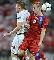 FUSSBALL  EUROPAMEISTERSCHAFT 2012   VORRUNDE Tschechien - Polen               16.06.2012 Lukasz Piszczek (li, Polen) gegen David Limbersky (re, Tschechische Republik)