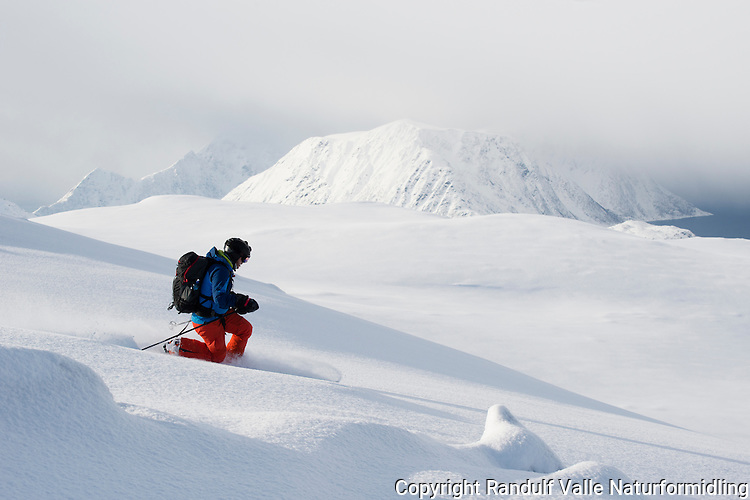 Mann på ski på Eidvågtind på Seiland. Veggen i bakgrunnen. ---- Skier in Seiland mountains by winter.