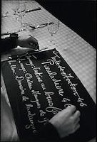 Europe/France/Provence-Alpes-Cote d'Azur/06/Alpes-Maritimes/Nice:Dominique Le Stanc inscrit la Pissaladière  sur l'ardoise menu de son restaurant La Merenda