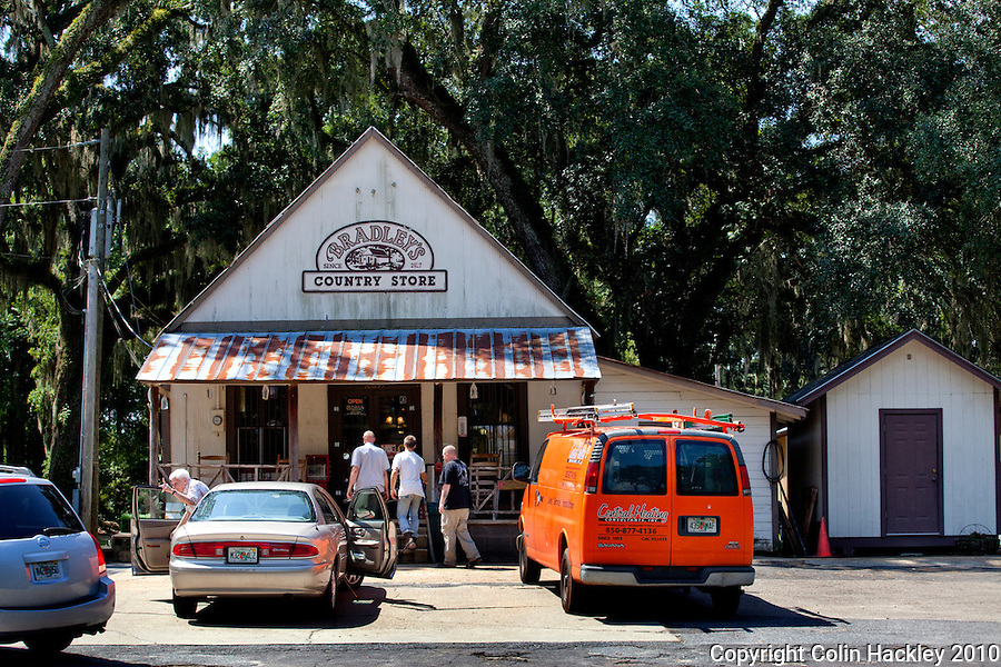 TALLAHASSEE, FLA. 8/23/10-VISITTALLY-082310-HACKLEY-Lunch-time visitors to Bradley's Country Store in Tallahassee...COLIN HACKLEY PHOTO