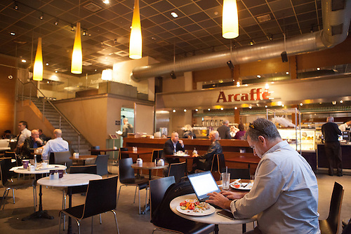 Tel Aviv, Israel, Jan 2014. Herziliya Pituach, un cafe ou se retrouvent les entrepreneurs de startup.