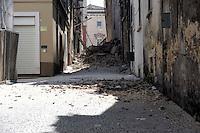 Aquila 6 Aprile 2009.Terremoto L'Aquila. Una via del centro storico chiusa dalle macerie di un palazzo.A street of the old town full of driftwood..
