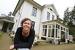 Foto: VidiPhoto<br /> <br /> ROZENDAAL - Portret van Thirza Koster, unitmanager van hospice Rozenheuvel in Rozendaal bij Arnhem. De hospice heeft een christelijke identiteit, maar cli&euml;nten hoeven geen kerkelijke achtergrond te hebben om in Rozendaal verzorgd te worden. De hospice is een onderdeel van het Leger des Heils.