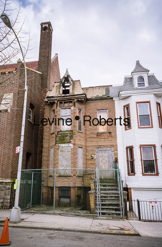 A fire-damaged derelict building in the Morrisania neighborhood of the Bronx in New York on Thursday, March 30, 2017. (© Richard b. Levine)