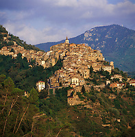 Italy, Liguria, Apricale: hilltop village and wine-growing region at Merdanzo Valley | Italien, Ligurien, Apricale: Berdorf und Weinbauort im Merdanzo Tal, einem Nebental des Nervia