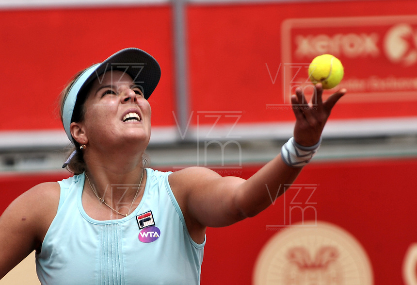 BOGOTA - COLOMBIA - 14-04-2016: Anna Tatishvili de Estados Unidos,  sirve a Silvia Soler-Espinosa de España, durante partido por el Claro Colsanitas WTA, que se realiza en el Club El Rancho de Bogota. / Anna Tatishvili of United States, serves to Silvia Soler-Espinosa from Spain, during a match for the WTA Claro Colsanitas, which takes place at Club El Rancho de Bogota. Photo: VizzorImage / Luis Ramirez / Staff.