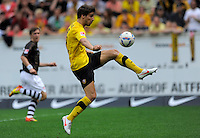 Fussball, 2. Bundesliga, Saison 2011/12, SG Dynamo Dresden - FC St.Pauli, Sonntag (29.04.12), gluecksgas Stadion, Dresden. Dresdens Romain Bregerie am Ball.
