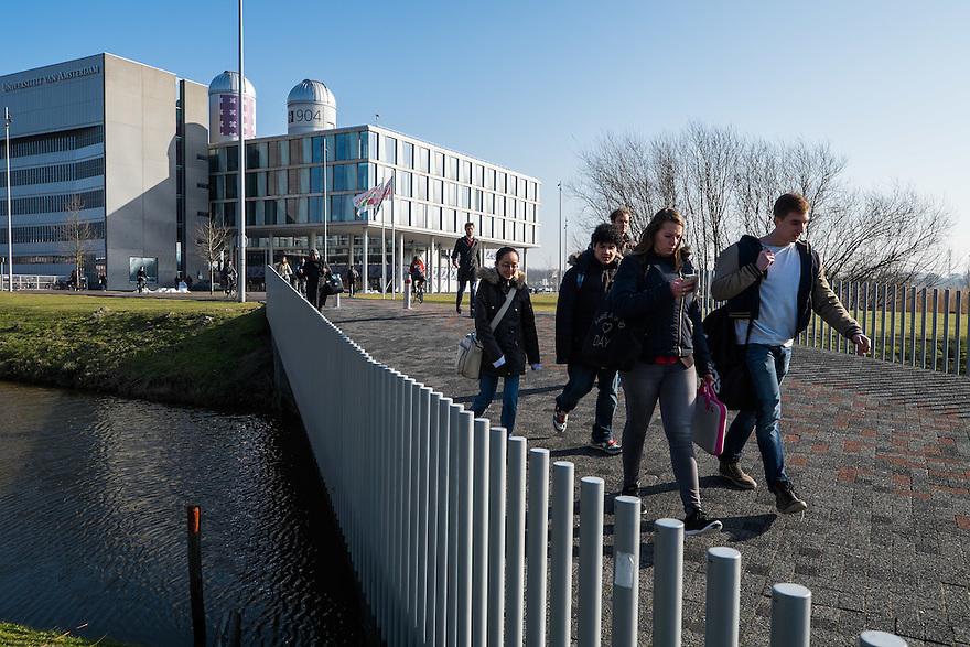 Nederland, Amsterdam, 13 feb 2015<br /> Amsterdam Science Park. Het Science Park in Amsterdam-oost is volop in ontwikkeling, met de universiteit van Amsterdam als middelpunt. <br /> Studenten lopen naar/van het gebouw van de universiteit.<br /> Foto: (c) Michiel Wijnbergh