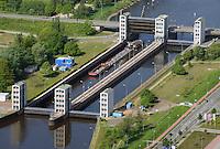 Doppelschleuse Geesthacht: EUROPA, DEUTSCHLAND, SCHLESWIG- HOLSTEIN, GEESTHACHT, (GERMANY), 01.05.2014: Schleusenkanal Geesthacht  mit einer Doppelschleuse. Die beiden Schleusenkammern mit einer Laenge von 230 Metern und einer Breite von 25 Metern fassen jeweils vier Großmotorschiffe oder einen entsprechenden Schubverband. Die 4 Hubtore werden elektromechanisch und durch Gegengewichte in den Schleusentuermen mit geringem Kraftaufwand bewegt.