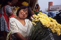 Amérique/Amérique du Sud/Pérou/Lima : Marché de Surquillo - Petite marchande de fleurs