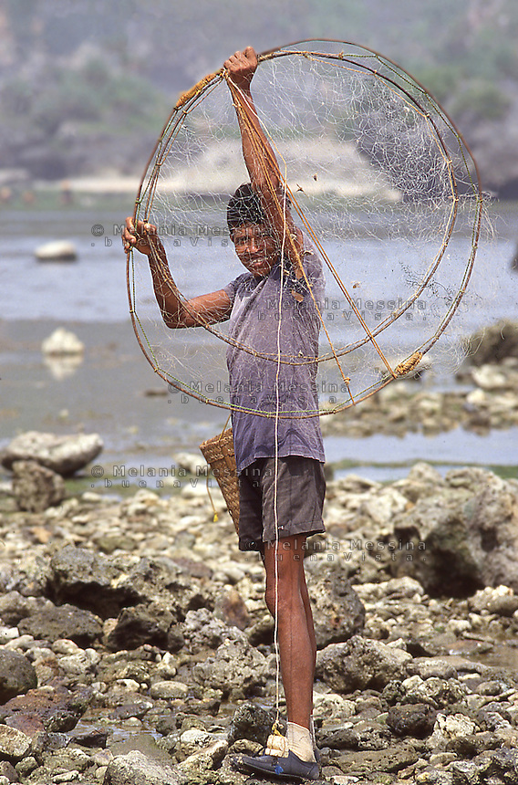 Indonesia, Java Island: a fisherman.<br /> Indonesia, isola di Giava, pescatore.