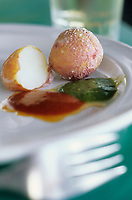 Europe/Espagne/Canaries/Lanzarote/Casas de El Golfo : Pommes de terre de l'île sauce mojo (papas arrugadas con mojo)