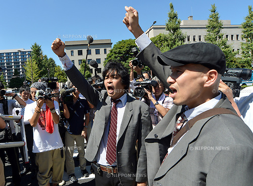 August 22, 2012, Tokyo, Japan - Representatives of anti-nuclear demonstrators are hyped-up before their meeting with Japanese Prime Minister Yoshihiko Noda at his office in Tokyo Wednesday, August 22, 2012...A dozen representatives asked the prime minister to reverse his decision to restart two reactors at a nuclear power plant in western Japan during their face-to-face meeting. The anti-nuclear protesters have staged rallies outside the prime minister's office every Friday for five months now. (Photo by Natsuki Sakai/AFLO) .