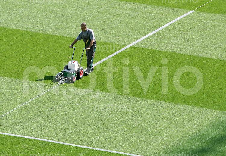Fussball WM 2006       Finale       Italien - Frankreich Um 9 Uhr werden im Berliner Olympiastadion die Linien gezogen