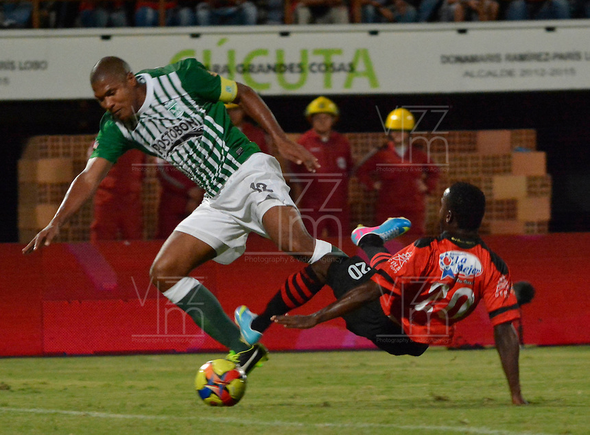 CUCUTA - COLOMBIA - 01-06-2013: John Valencia (Der.) jugador del Cucuta Deportivo disputa el balón con Alexis Henriquez (Izq.) del Atletico Nacional, durante partido disputado en el estadio General Santander de la ciudad de Cucuta, junio 1 de 2013. Cucuta Deportivo y Atletico Nacional en partido por la fecha 18 de la Liga Postobon I. (Foto: VizzorImage / Str.) John Valencia (R) Cucuta Deportivo player fights for the ball with Alexis Henriquez (L) of Atletico Nacional during match at the General Santander Stadium in Cucuta city, June 1, 2013. Cucuta Deportivo and Atletico Nacional in match 18 of the date for the Postobon League I. (Photo: VizzorImage / Str)