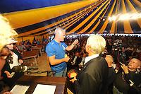 SKÛTSJESILEN: GROU: 17-07-2015, Traditionele loting voor de wedstrijden bij De Veenhoop en Earnewâld, Alco Reijenga (Heerenveen) trekt zijn lootje nummer zes voor De Veenhoop, ©foto Martin de Jong