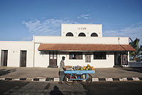A fruit vendor in front of Le Cafe in Pondicherry. Le Cafe was the first French port in Pondicherry. Arindam Mukherjee