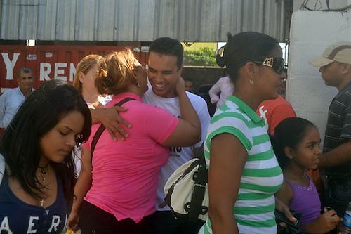 Decenas de jóvenes de Santiago reparten 26 mil abrazos por la paz