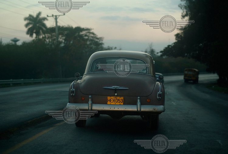 An American vintage car with the numberplate 'HERO 53' on the Habana Highway.