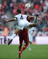 FUSSBALL   1. BUNDESLIGA  SAISON 2012/2013   3. Spieltag FC Bayern Muenchen - FSV Mainz 05     15.09.2012 Nikolce Noveski (1. FSV Mainz 05) auf Mario Mandzukic (FC Bayern Muenchen)