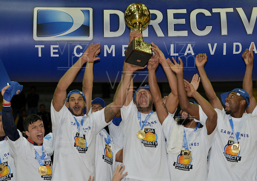 BOGOTÁ -COLOMBIA. 29-11-2013. Jugadores de Guerreros de Bogotá celebran el título como campeones de la  Liga DirecTV de Baloncesto 2013-II de Colombia tras vencer a Academia de la Montaña en el quinto partido de la final realizado en el coliseo El Salitre de Bogotá./ Players of Guerreros de Bogota celebrate as a champions of the DirecTV Basketball League 2013-II in Colombia after defeated Academia de la Montaña in the fifth match of the final played at El Salitre coliseum in Bogota. Photo: VizzorImage / Gabriel Aponte /