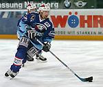Eishockey, DEL, Deutsche Eishockey Liga 2003/2004 , 1.Bundesliga, Arena Nuernberg (Germany) Nuernberg Ice Tigers - Adler Mannheim (2:1 n.p.) Tomas Martinec (Mannheim) am Puck