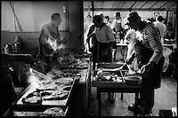Europe/France/Aquitaine/64/Pyrénées-Atlantiques/Pays Basque/Saint-Jean-de-Luz:  Lors de la Fête du Thon  -Dans les cuisines on s'active pour préparer le thon basquaise