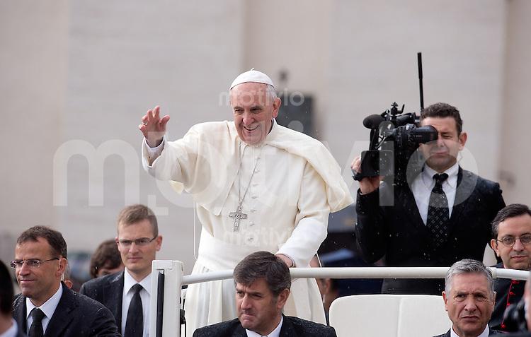 Rom, Vatikan 09.10.2013 Papst Franziskus I. bei der woechentlichen Generalaudienz im Papamobil auf dem Petersplatz