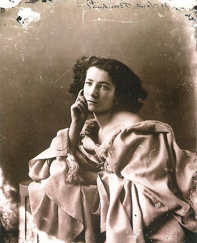 Sarah Bernhardt por Nadar, circa 1864, al terminar sus estudios en el Conservatorio de París.