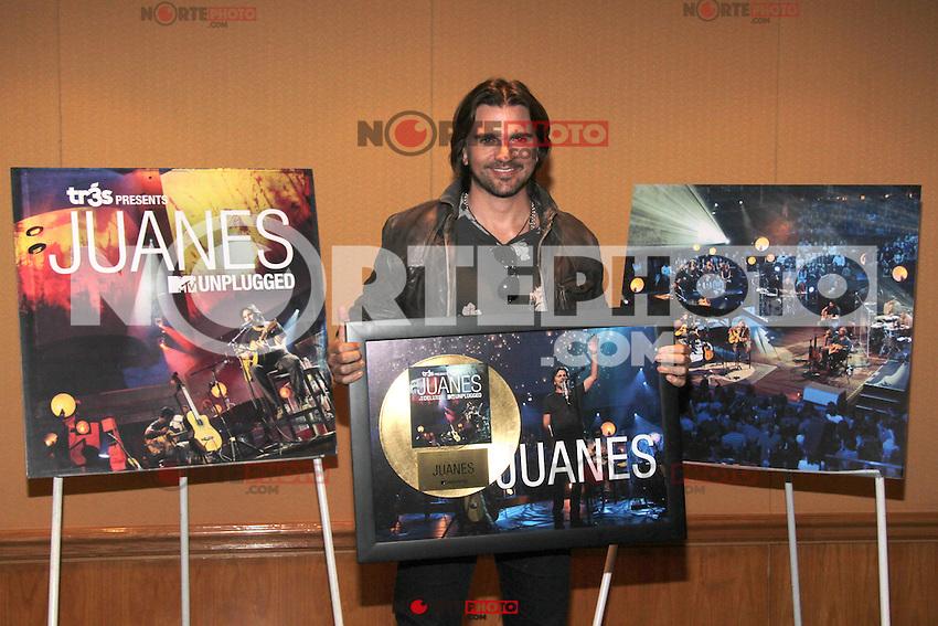 Mexico D.F (10/07/2012).-El cantante Juanes recibio disco de oro por las altas ventas de su nuevo album titulado Juanes MTV Unplugged en el hotel Fiesta Americana. MRPIXX.COM