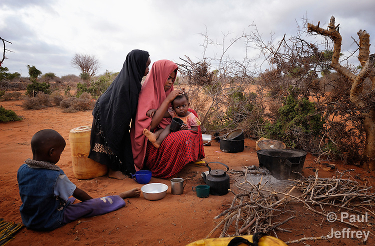 Somali refugee woman with children in Dadaab camp ...