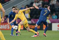 FUSSBALL  EUROPAMEISTERSCHAFT 2012   VORRUNDE Ukraine - Frankreich               15.06.2012 Anatoliy Tymoshchuk (li, Ukraine) gegen Franck Ribery (re, Frankreich)