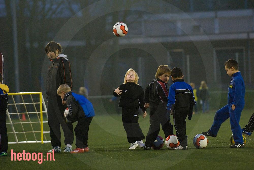jongetje houdt bal hoog tijdens een voetbaltraining