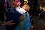 FEIRA DA KANTUTA - Tamires Antunes Reis, 26 anos, amamenta sua filha Laura de 7 meses na feira boliviana da praça Kantuka - São Paulo. Tamires é professora de espanhol e costuma levar seus alunos à feira boliviana para desenvolverem a língua espanhola e conhecerem novas culturas. 26/06/2016