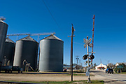 Crawford, Texas, USA.Bahnuebergang und Getreidesilos auf Crawfords Hauptstrasse, dem Lone Star Highway..Railway crossing and grain elevators at Crawford's main street, the Lone Star Parkway..Crawford, Texas, is the hometown of outgoing President George W. Bush, who bought the Prairie Chapel Ranch, located seven miles (10 km) northwest of town, in 1999. The farm was considered the Western White House of the President, who is leaving soon for a new home in  Dallas. His departure will bring major changes to this small town (population: 705), which had in part made a living by catering to the tourist, press and protesting crowds that came to visit. At the same time they are very tired of it all and seem to be glad that life can finally get back to normal now...©Stefan Falke