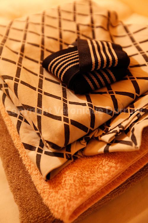 Capsule hotel in Kinchisho, Tokyo, Japan : yokata ans towels  // Yukata et serviettes remis aux clients dans un Hotel Capsule à Kinshisho, Tokyo, Japon