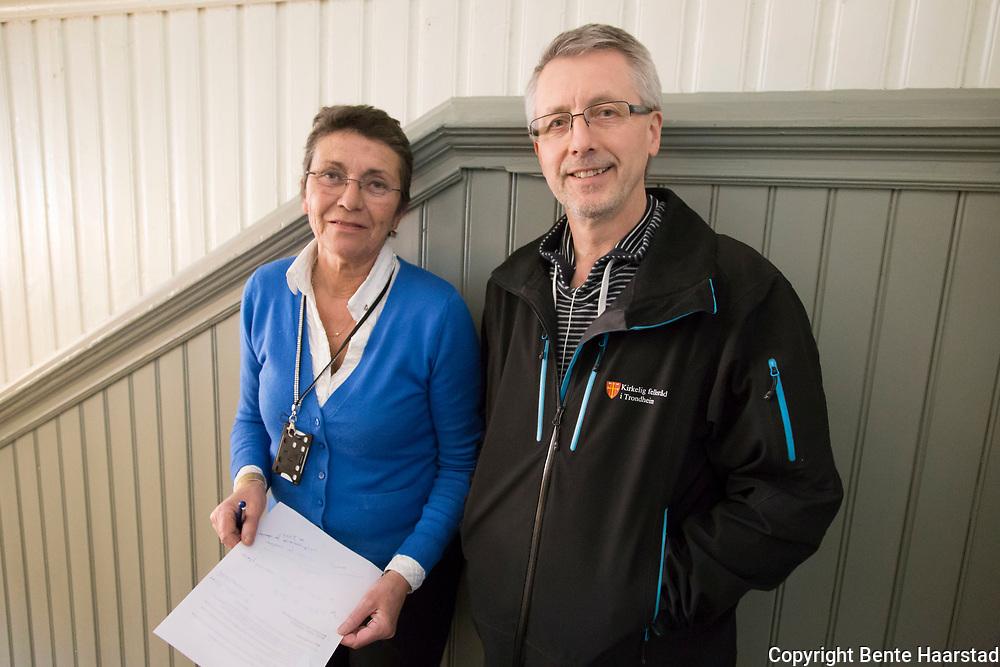 Torhild Hovdenak og Trygve Jensen, leder for gravferdsforvaltningen i Trongheim, Kirkelig Fellesråd.