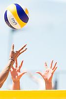 DEN HAAG - Knock-out fase beste 32 ploegen van Iersel / Meppelink (NED) tegen Baran / Gruszczynska (Polen) , Beachvolleybal , WK Beach Volleybal 2015 , Stadion op de Hofvijver , 01-07-2015 , handen boven het net met volleybal