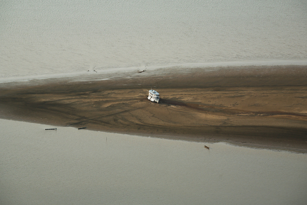 27/10/05 Barreirinha (Brazil). Big river boat trapped on a sand bank East of Barreirinha, during one of the worst droughts ever recorded in the Amazon..©Daniel Beltra