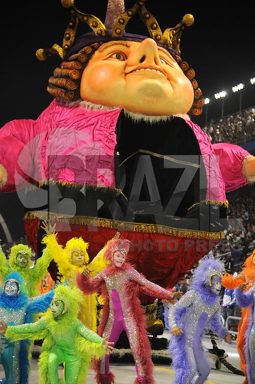 SAO PAULO, SP, 09 DE FEVEREIRO DE 2013 - ROSAS DE OURO  - Integrante da escola de samba Rosas de Ouro durante desfile no primeiro dia do Grupo Especial no Sambódromo do Anhembi na região norte da capital paulista, na madrugada deste sábado, 09. (FOTO: Guilherme Kastner/ BRAZIL PHOTO PRESS)...